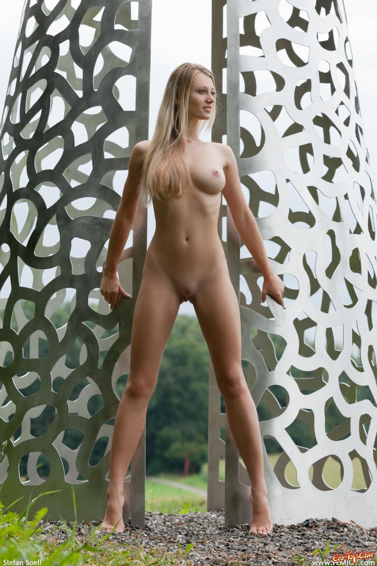 Светловолосая девушка с большими буферами