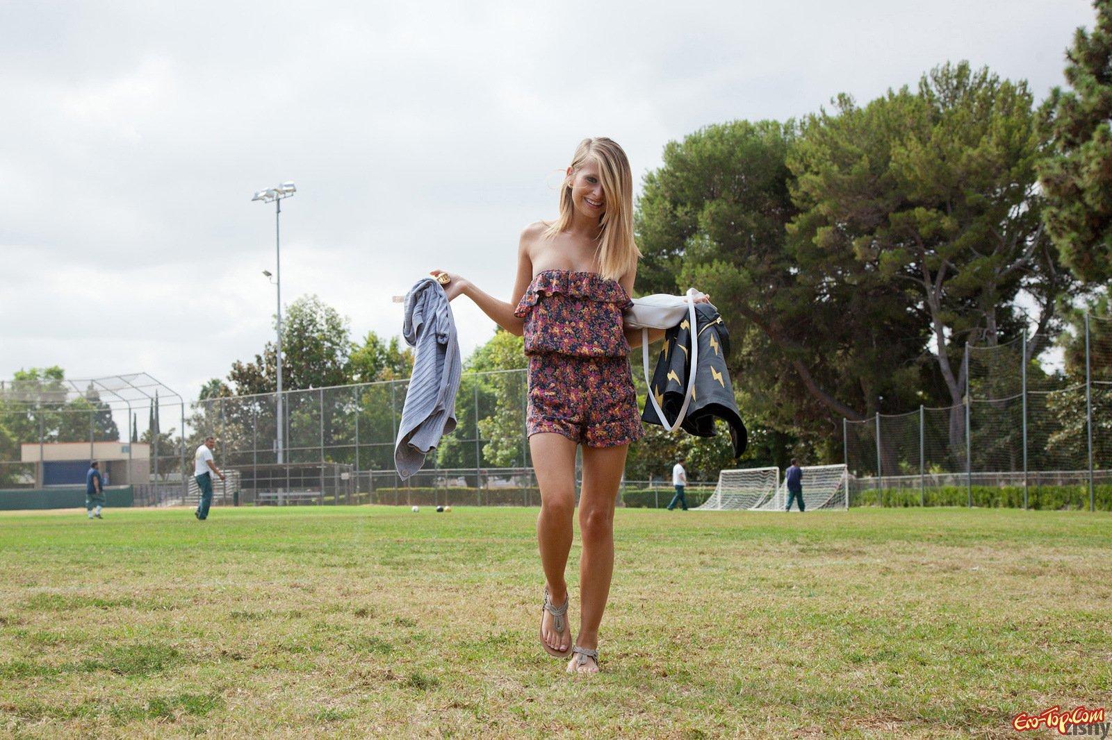 Топ-модель на футбольном поле секс фото