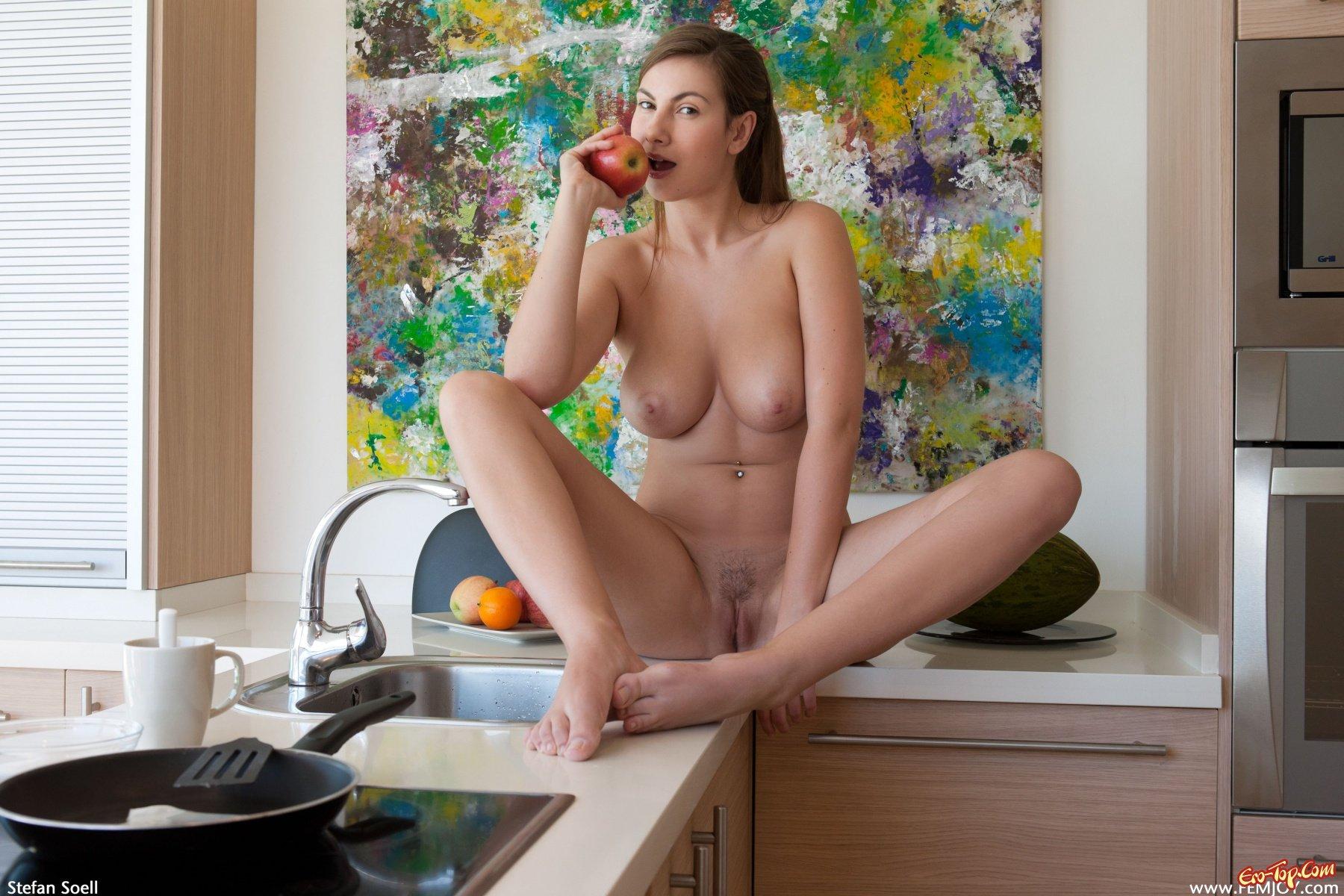 Обнаженная девушка готовит