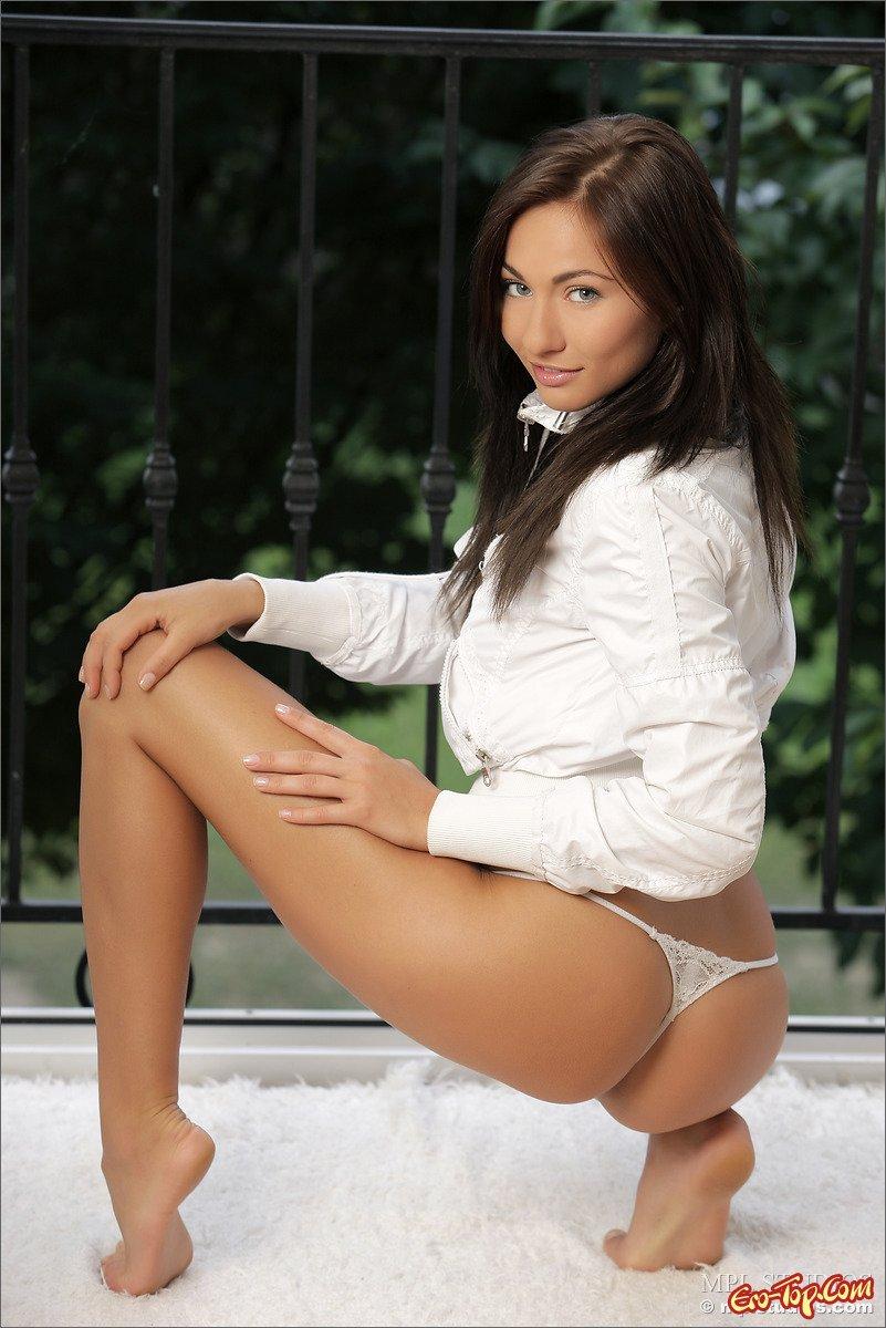Юная красавица голая