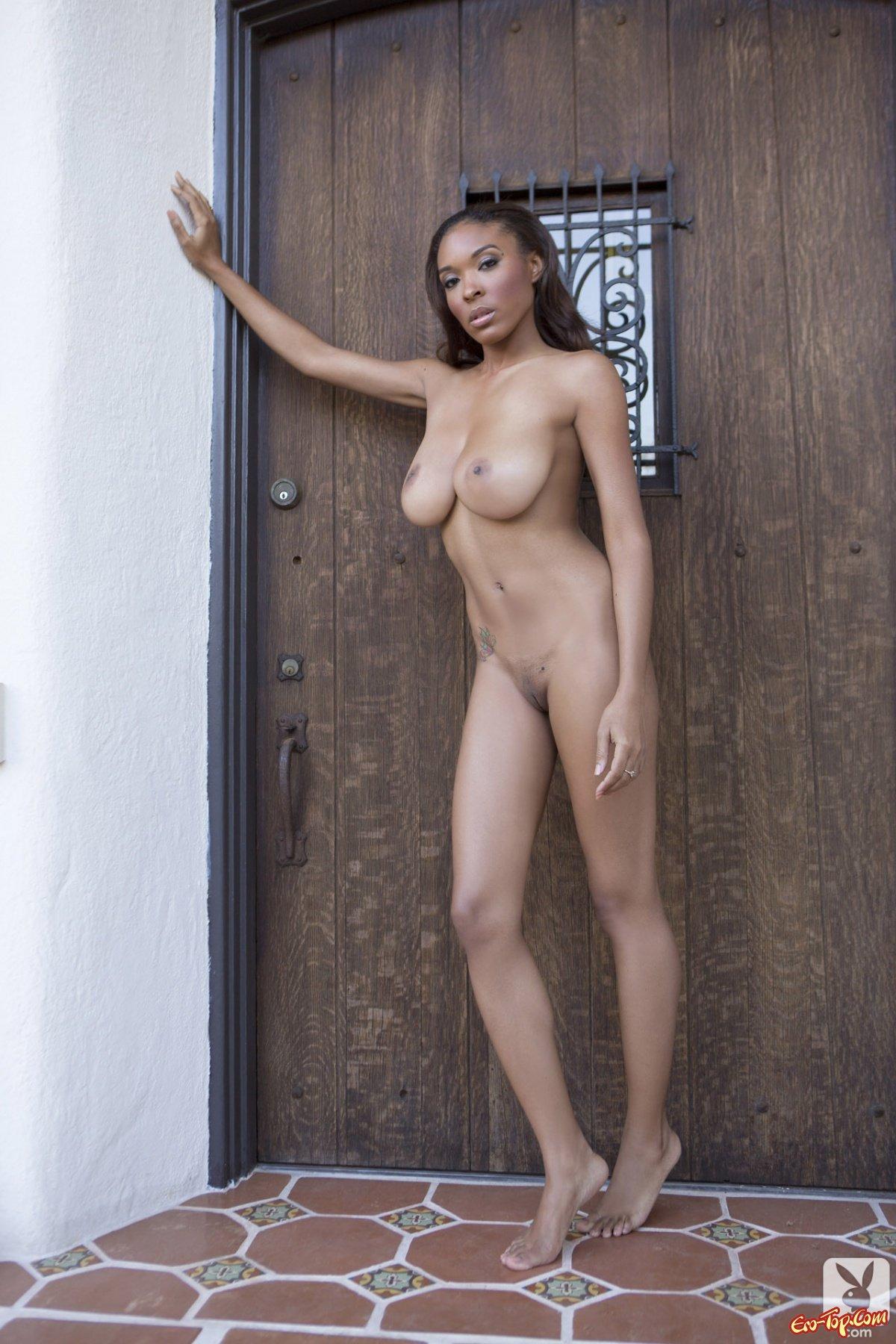 Мулатка с большими сиськами