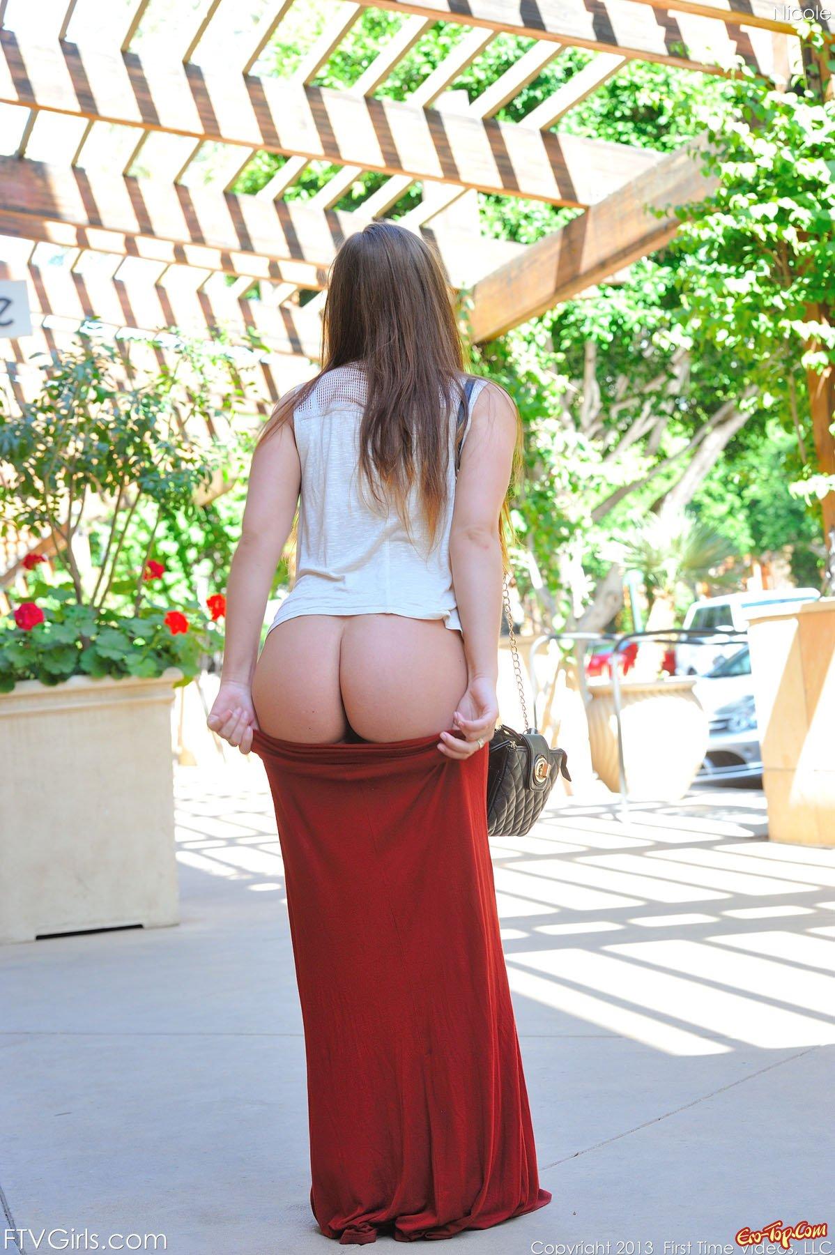 Девушка снимает нижнее белье публично секс фото