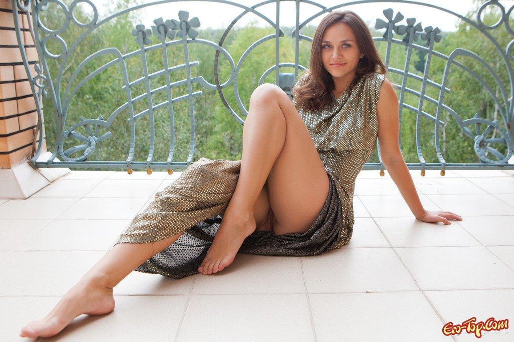 эро фото девушек в платьях
