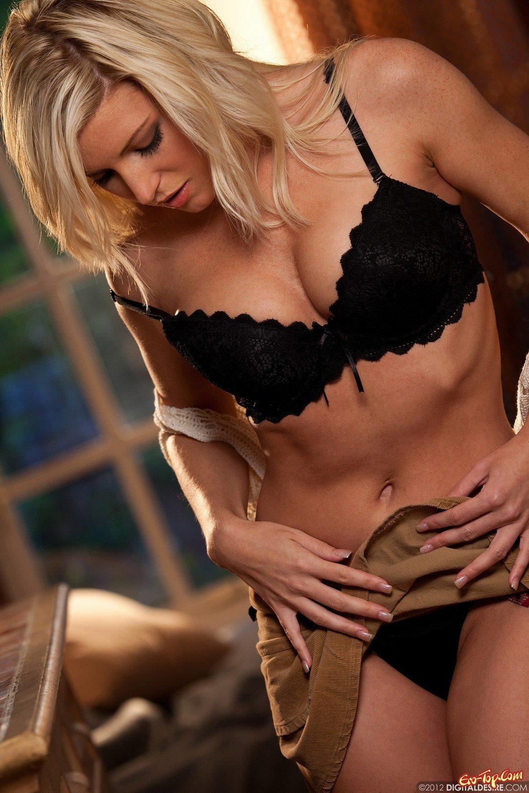 Блондинка в черных стрингах секс фото