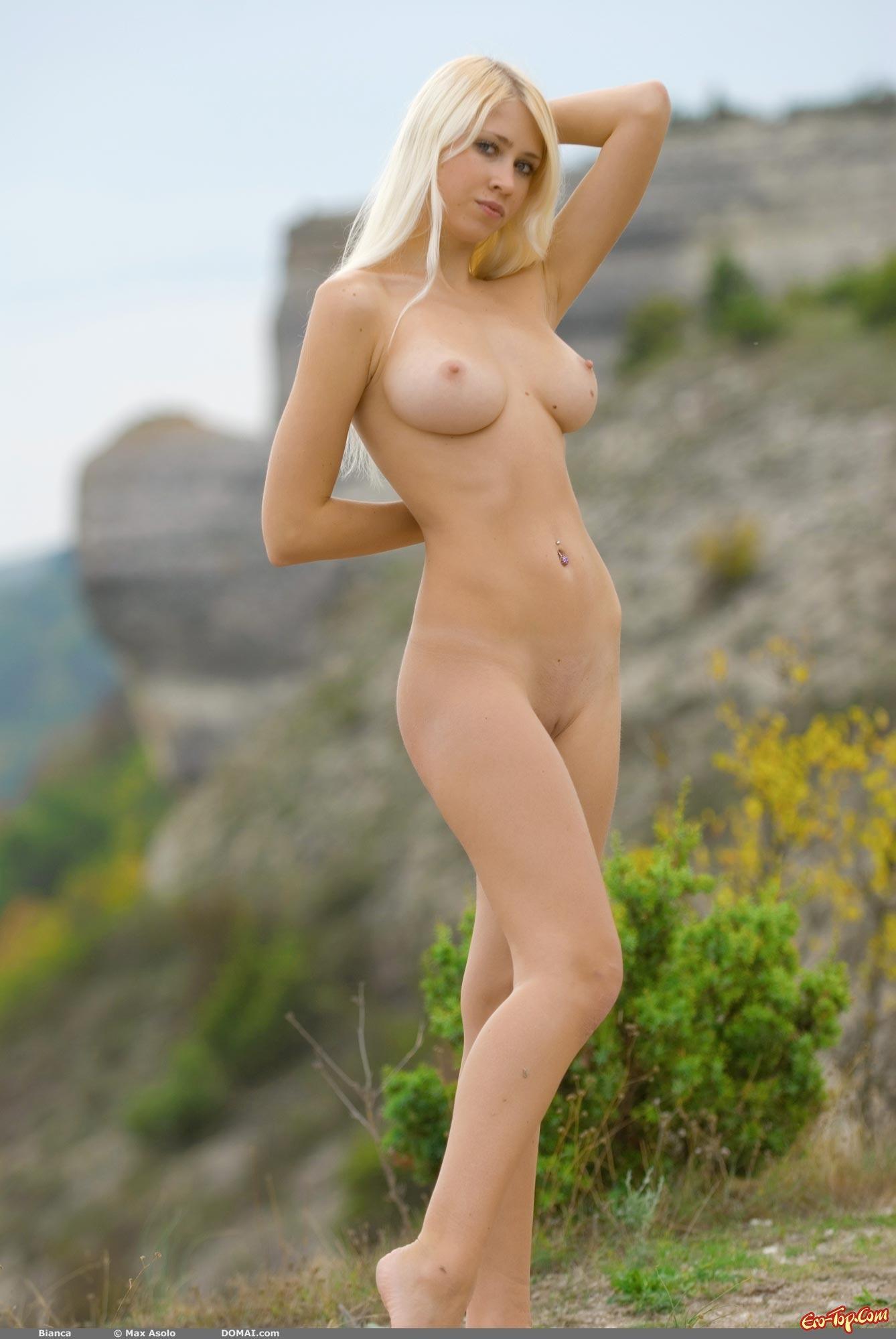 Привлекательная блондинка на свежем воздухе