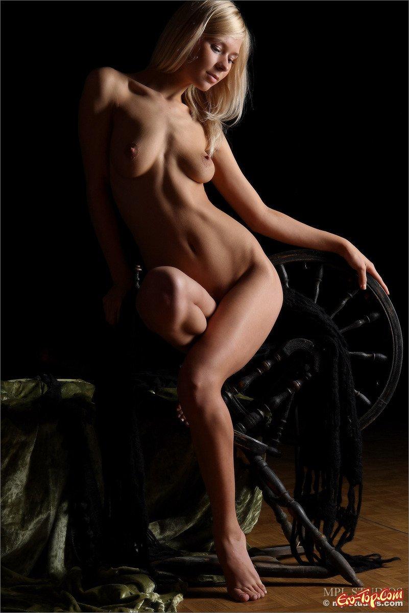Голая классная блондиночка