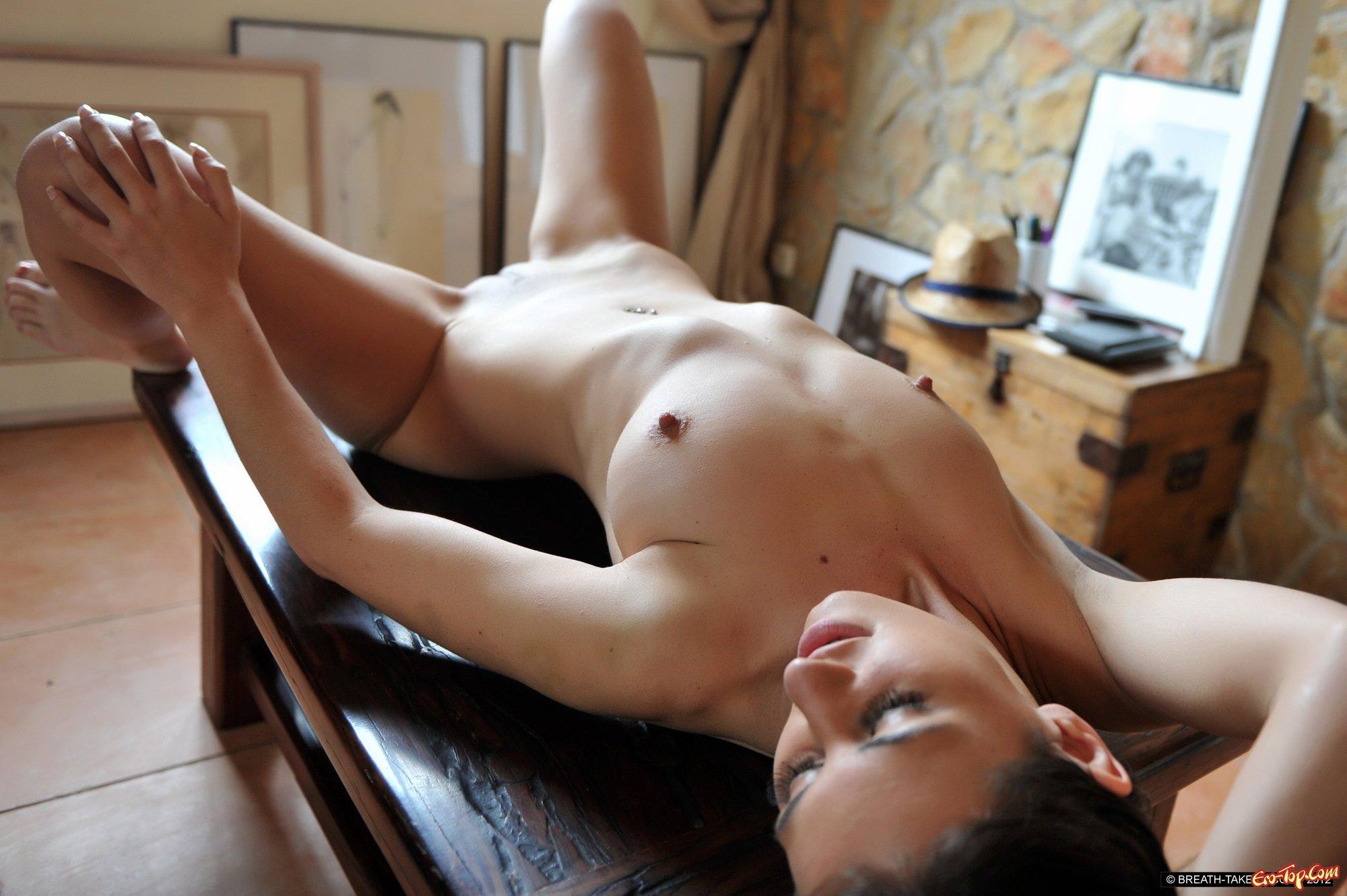 Обнаженная делает селфи на столе