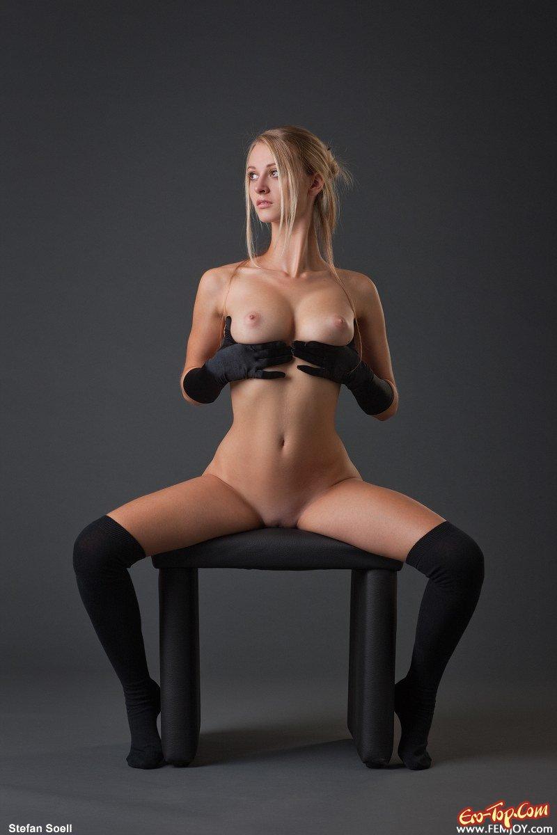 девушка голая на стуле
