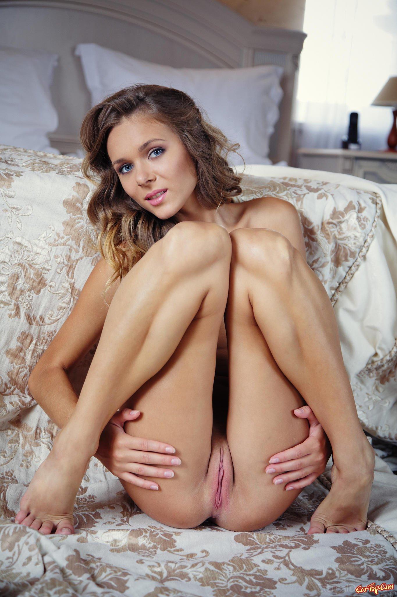 Интимом красивая голая девушка показывает киску просьбе порно