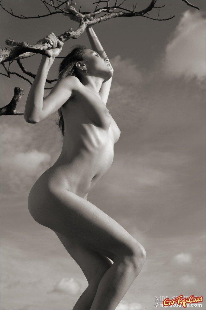 Черно-белое фото роскошной телки