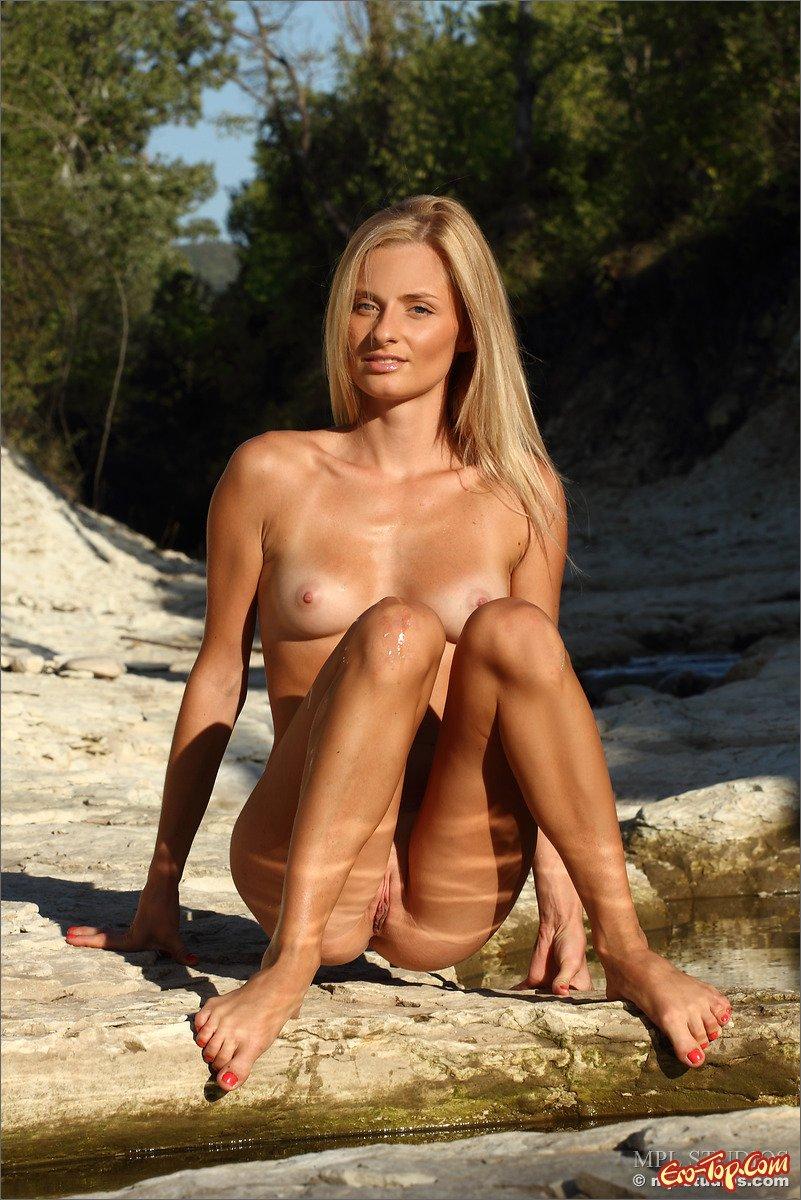Блондинка показывает жопу