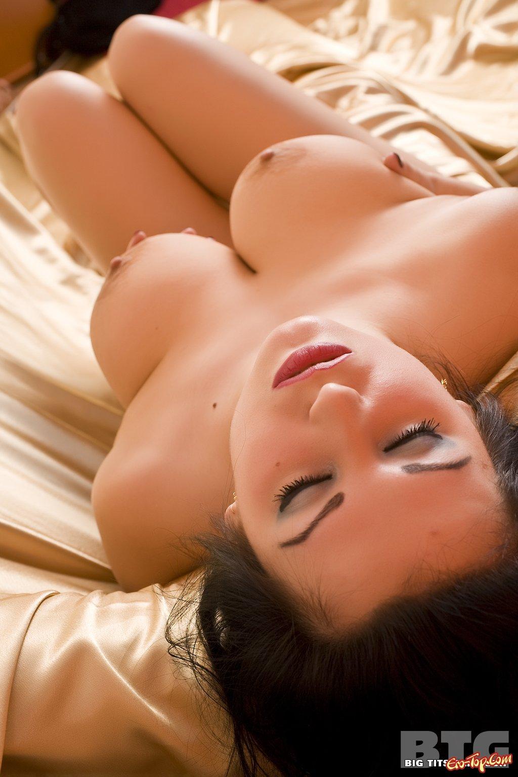 Пухлая сучка с крупным бюстом смотреть эротику
