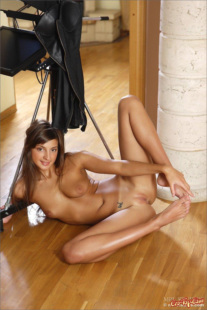 Девушка в кожаной юбке фото