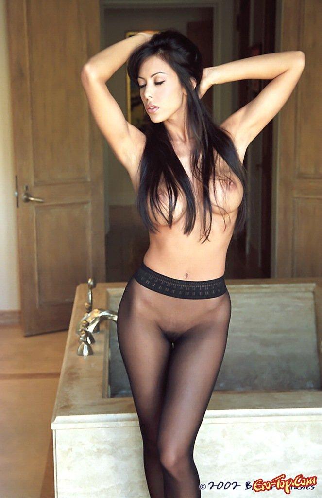 голая девушка в баре видео