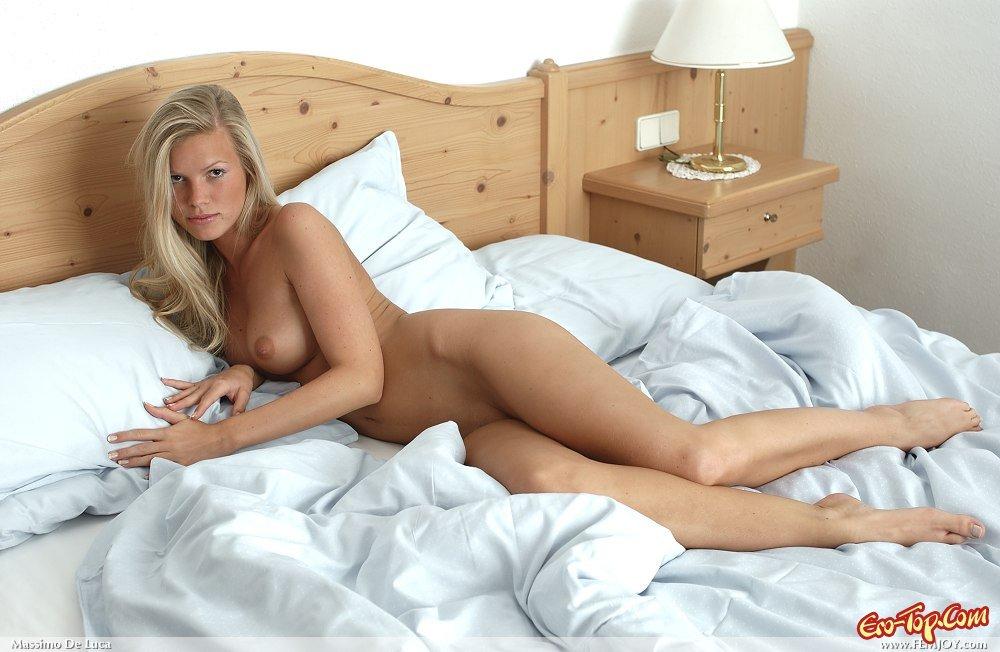 Голая девушка на кровате