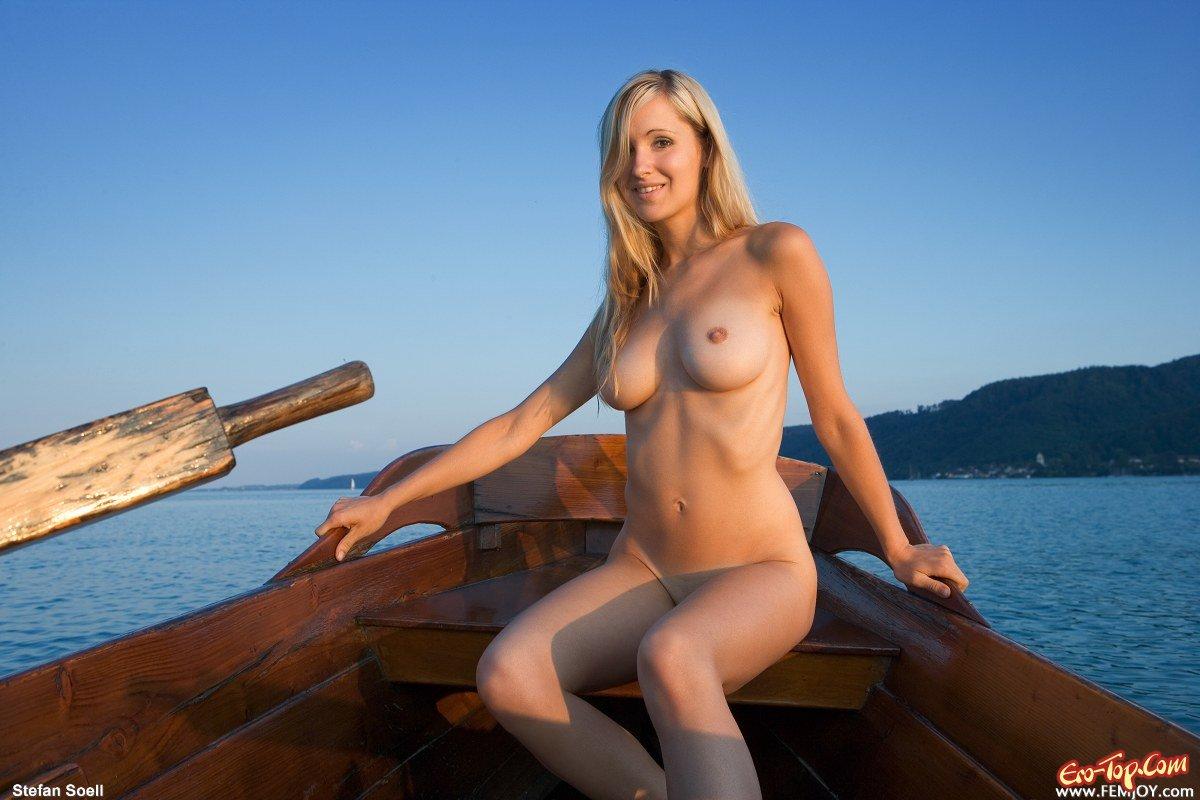 Голая чика на лодке