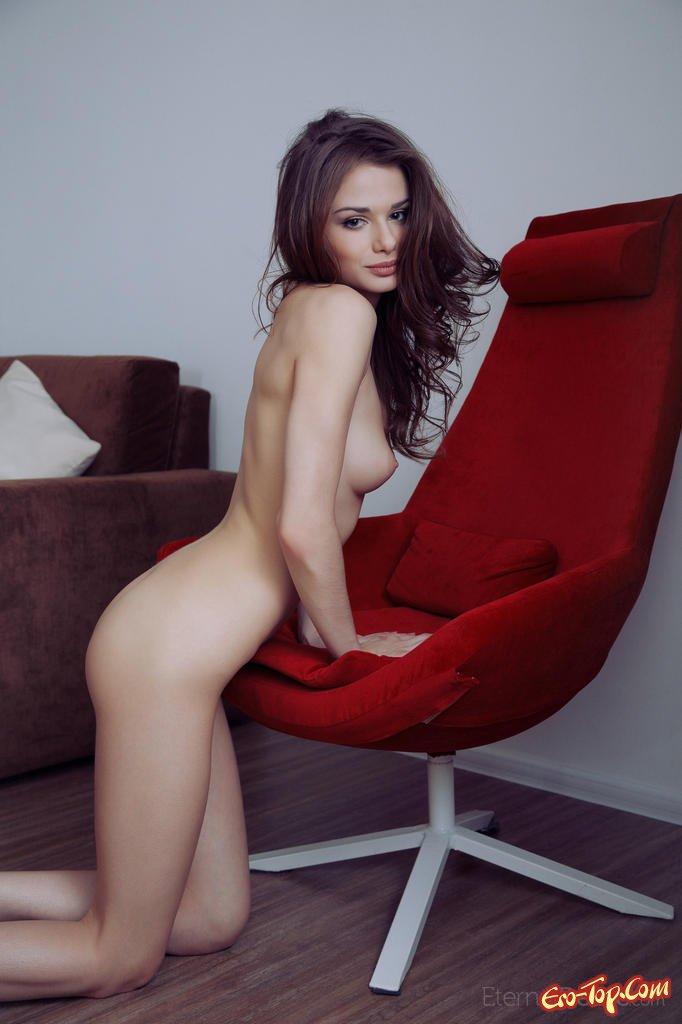Девушка на красном стуле