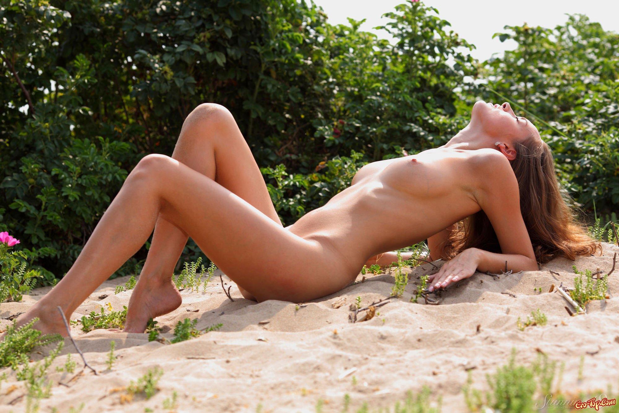 Телка на песке