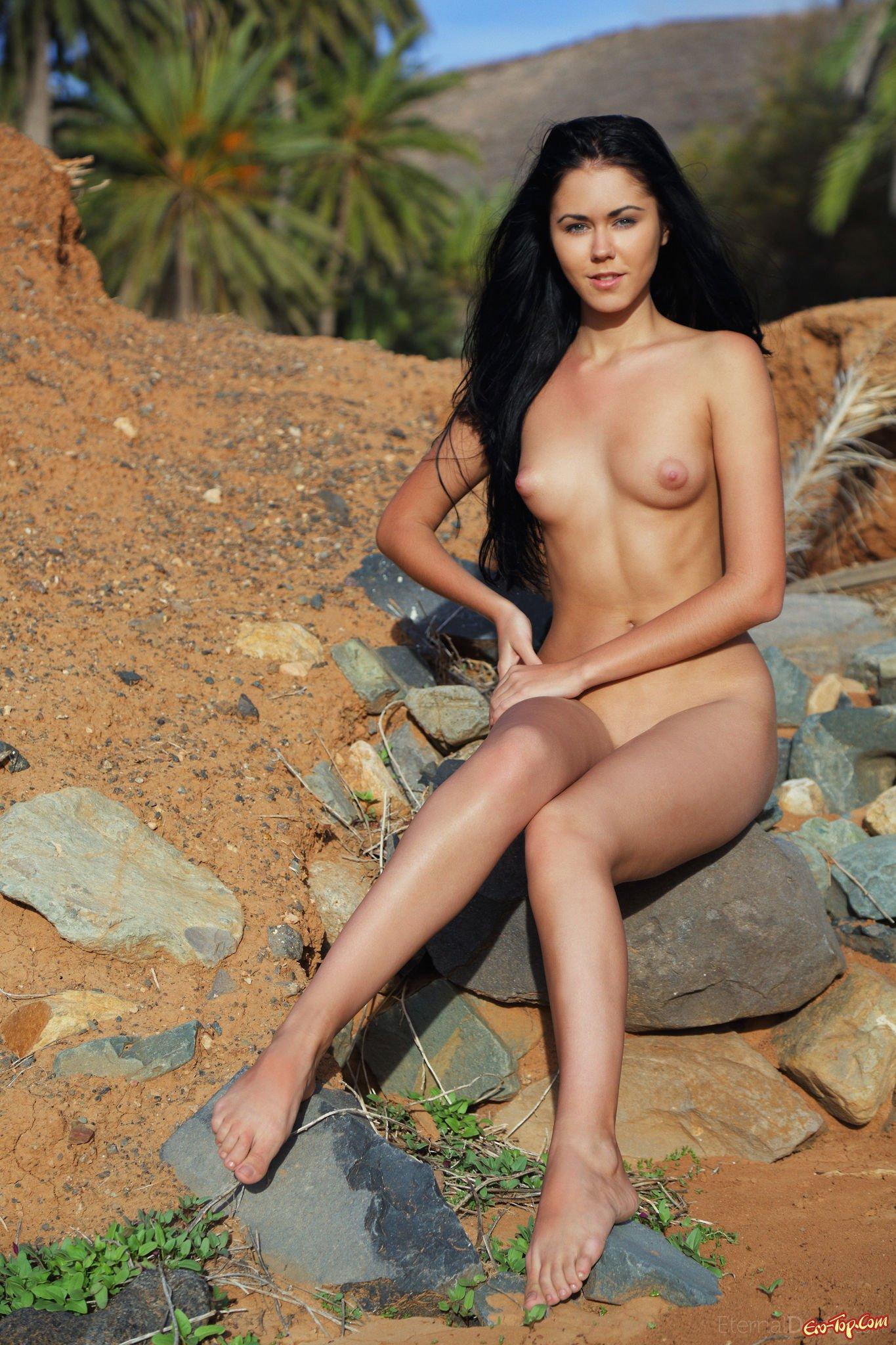 Девушка на камнях