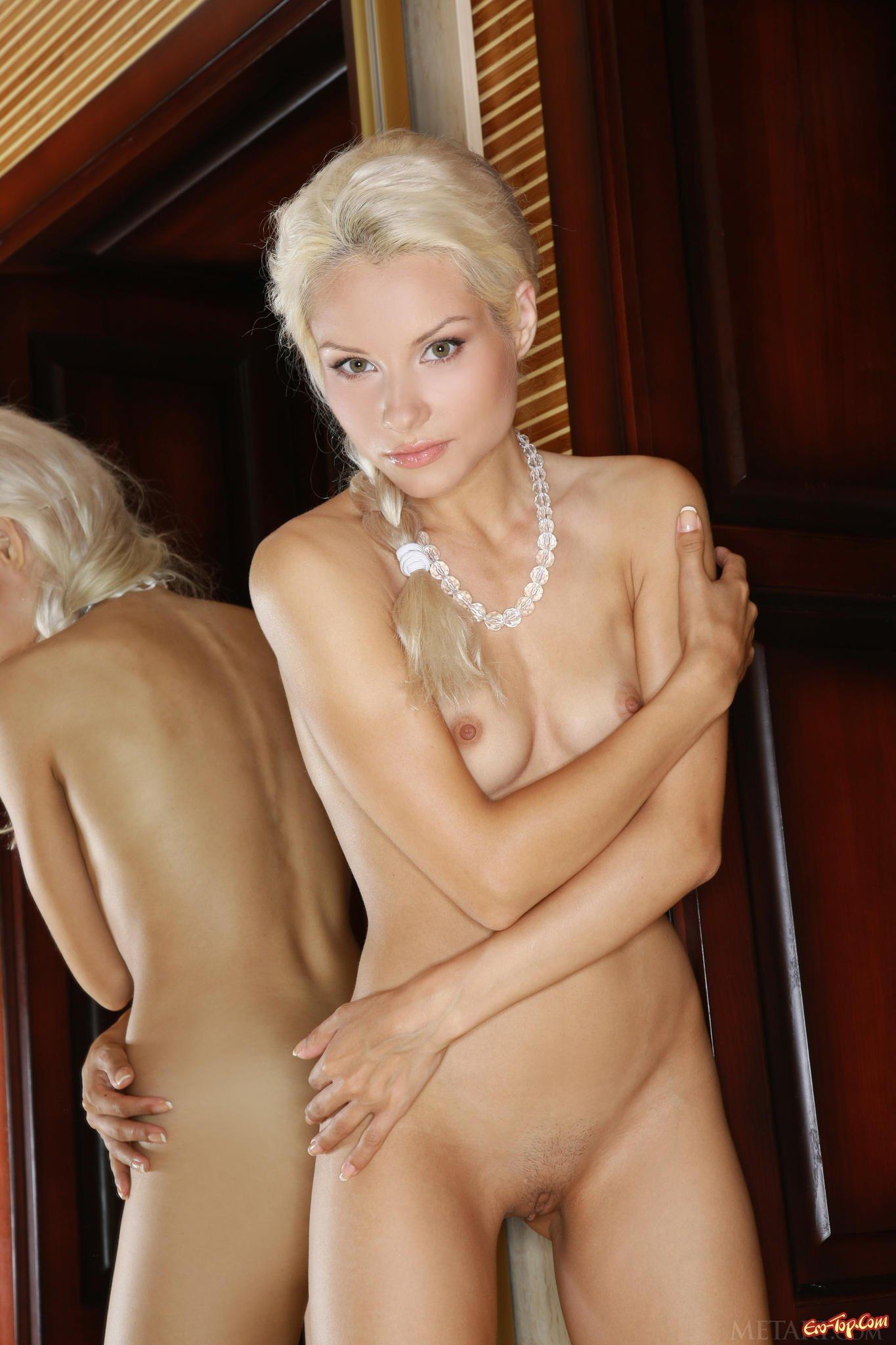Светловолосая девушка спускает белые бикини