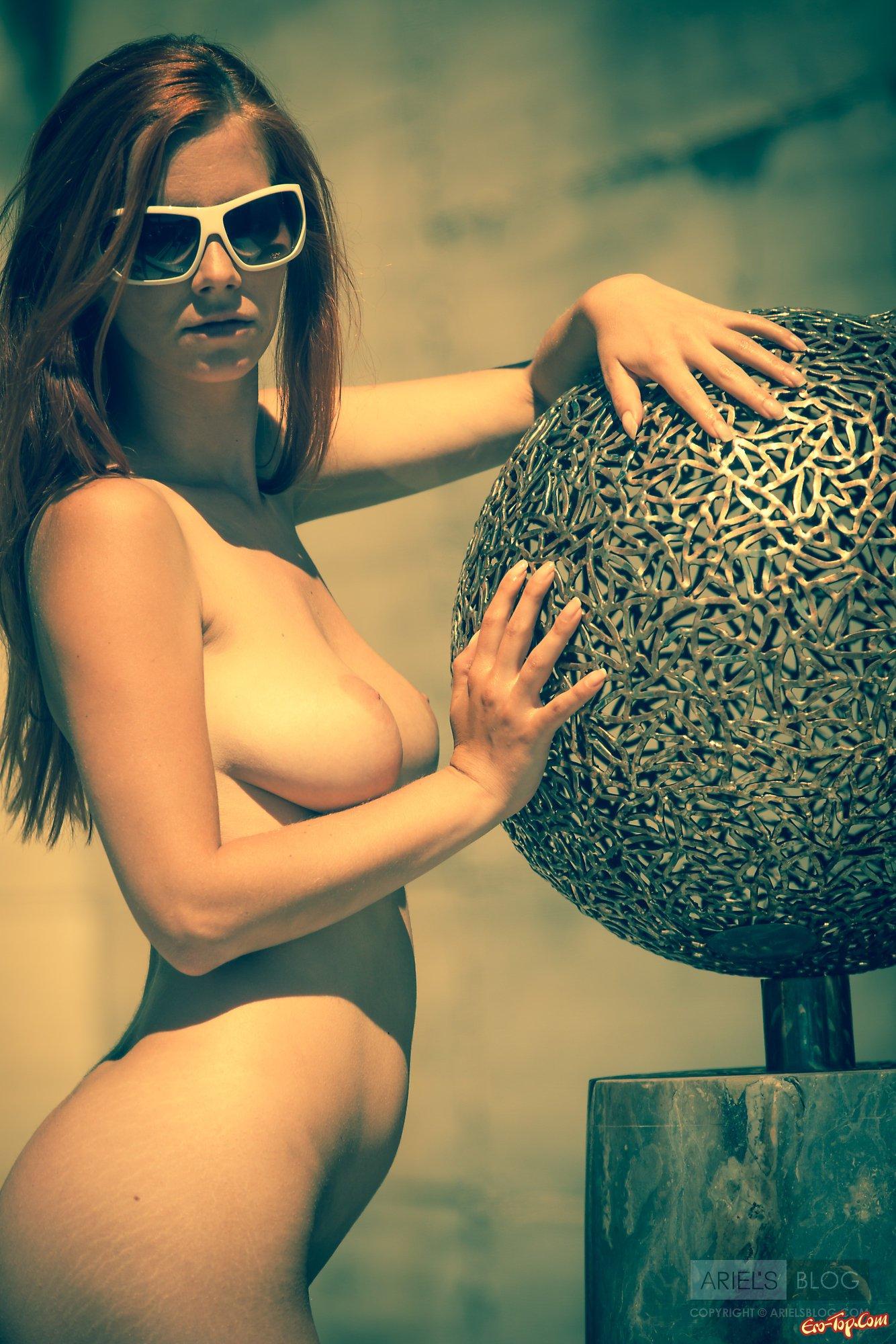 Девка с огромными дойками в очках