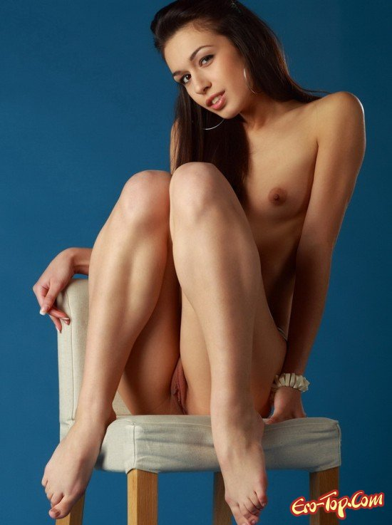 Голая на кресле