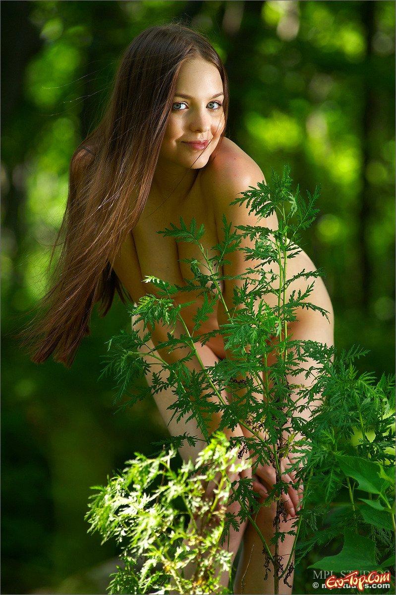 Обнаженная девушка в лесу