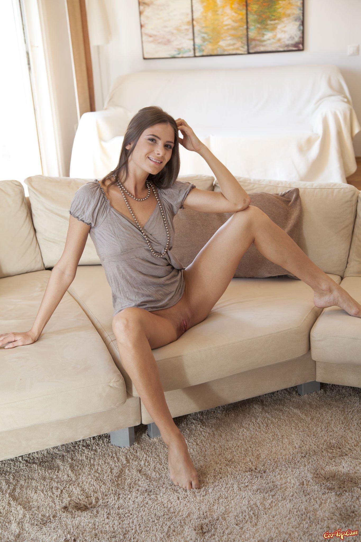 Фото девушка в платье сидя раздвинула ноги фото 301-876