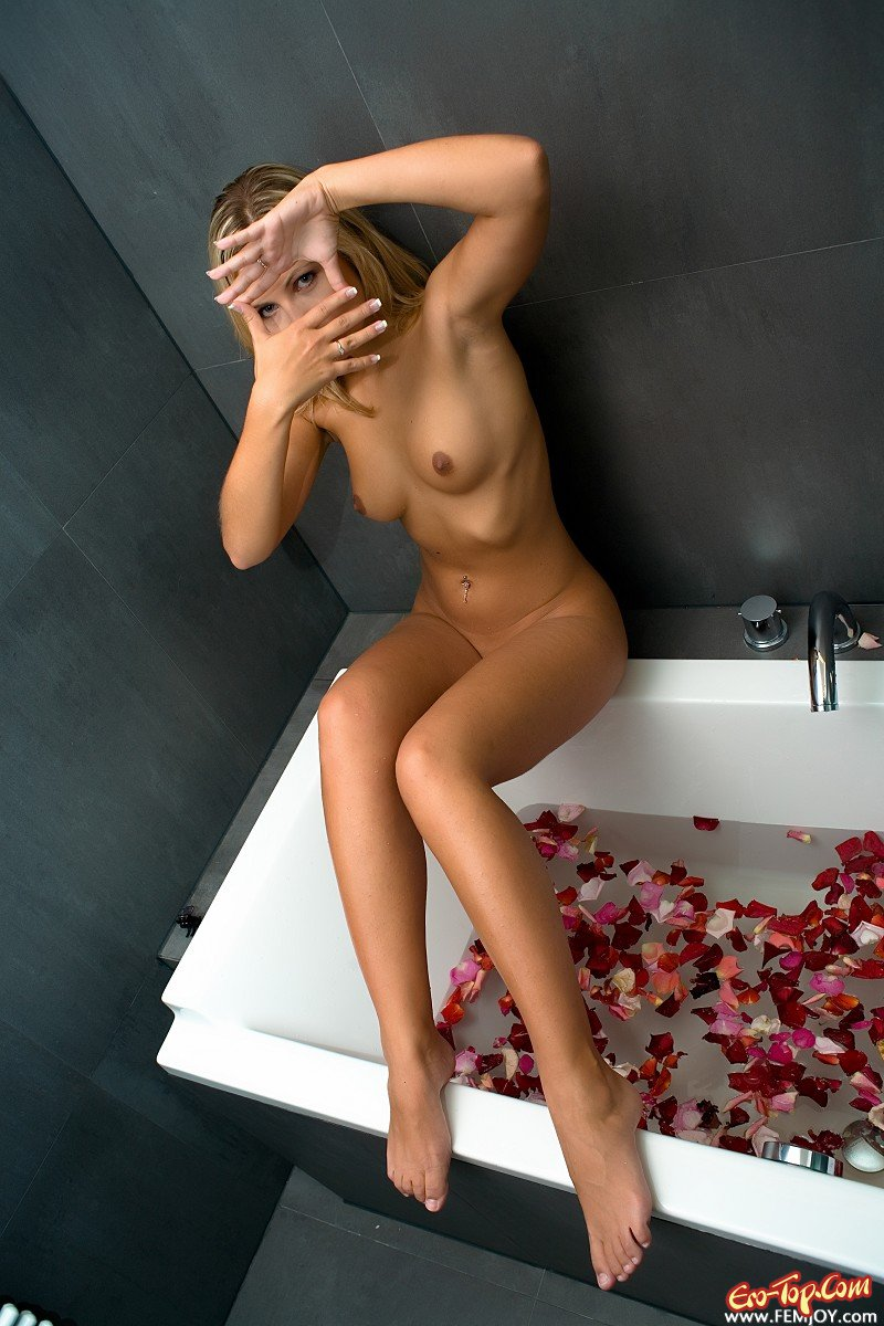 Jenni Gregg в ванной с лепестками роз