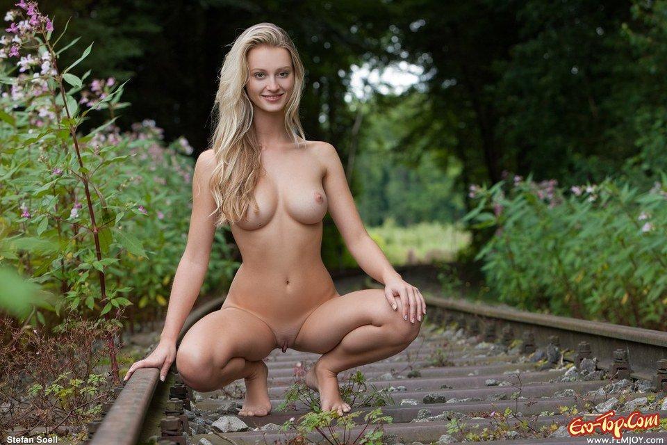 фото на железной дороге голых девушек