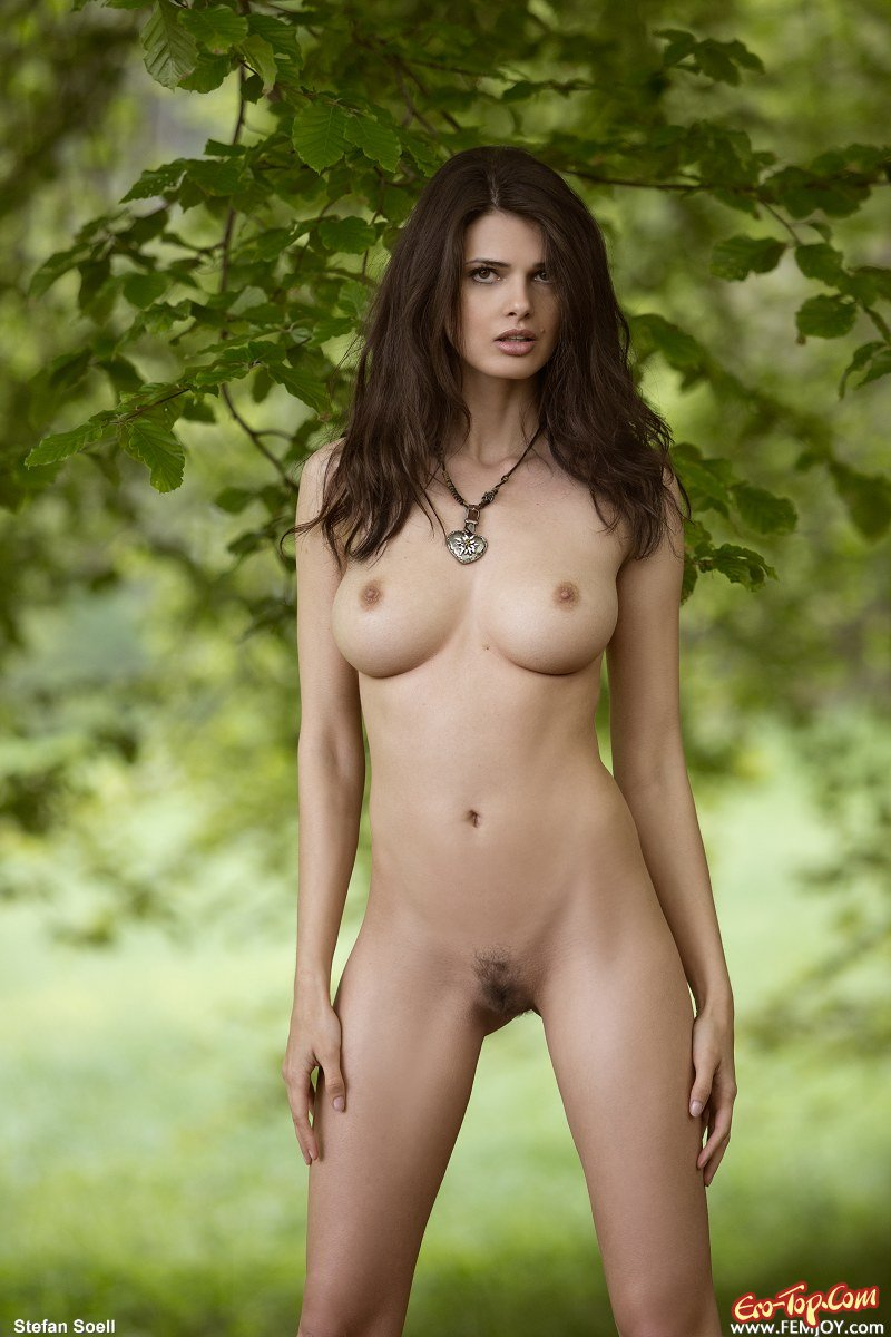 Обнаженная телка в саду