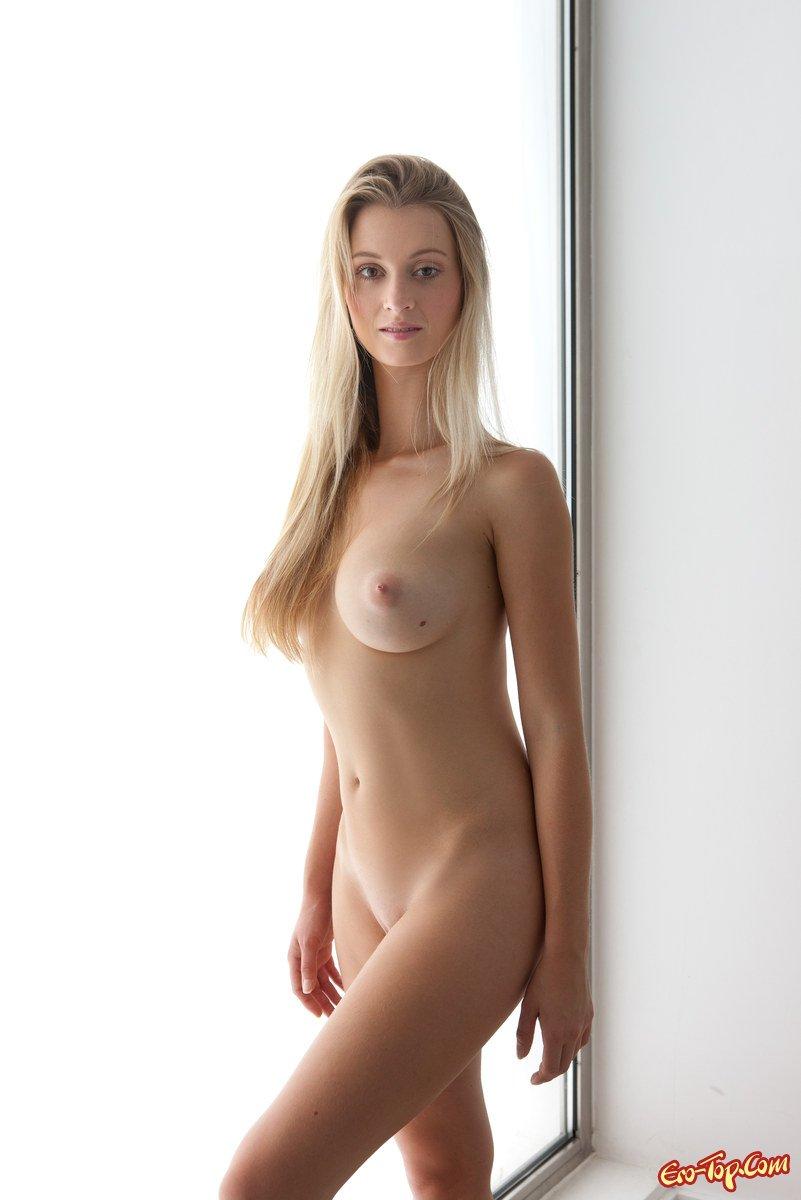 Светловолосая девушка с большими грудями