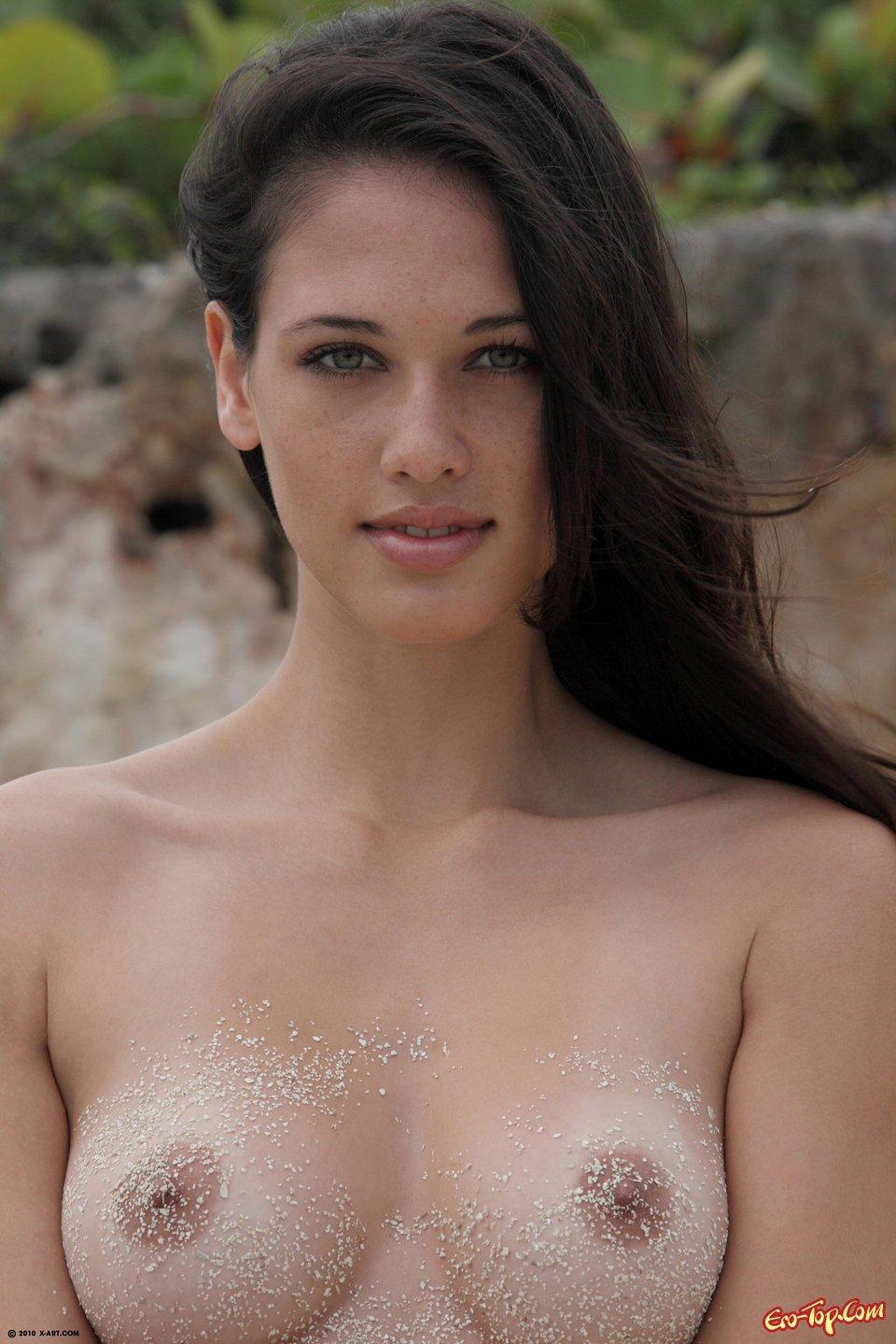 Обнаженная тёлка в песке секс фото