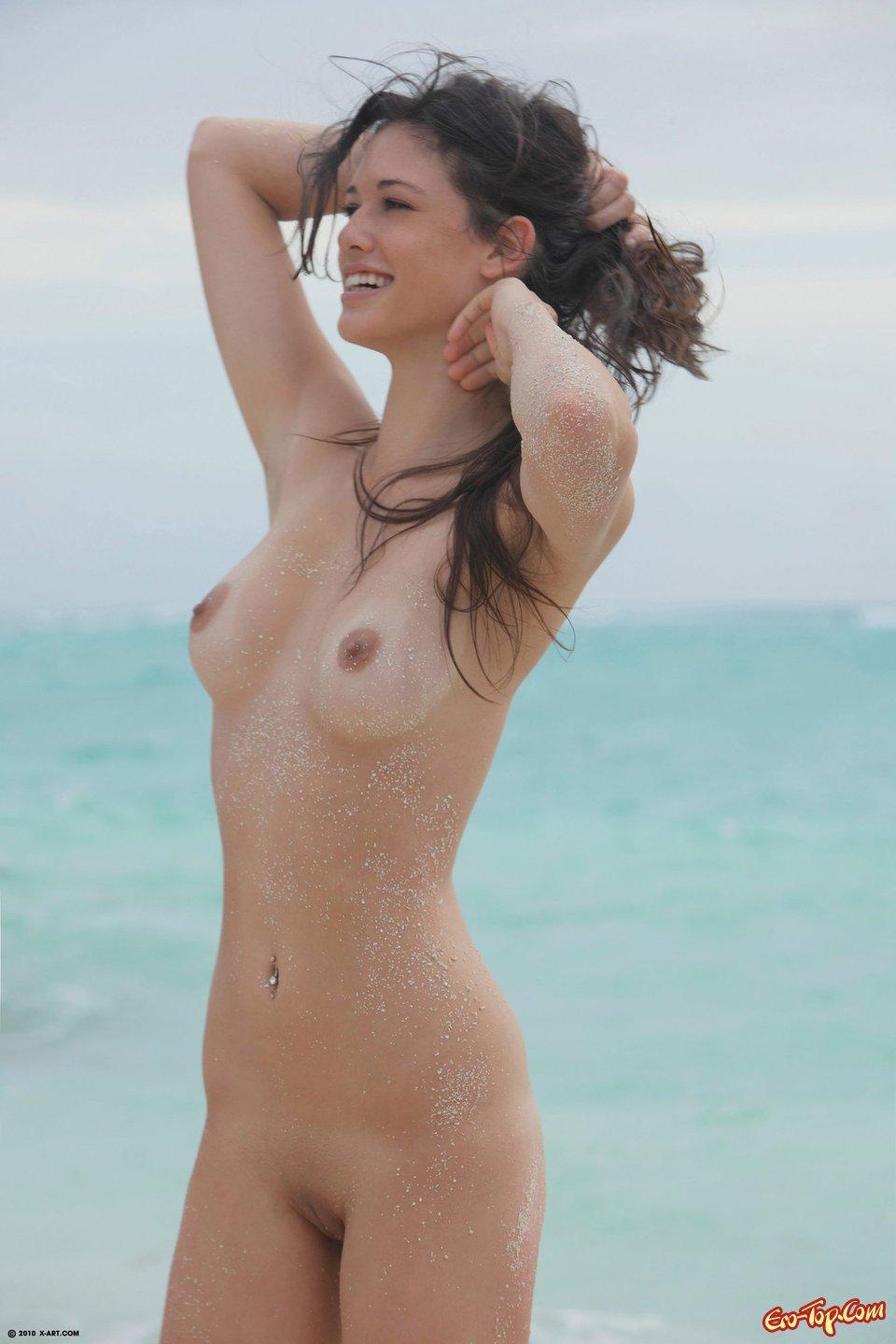 Голая девушка в песке