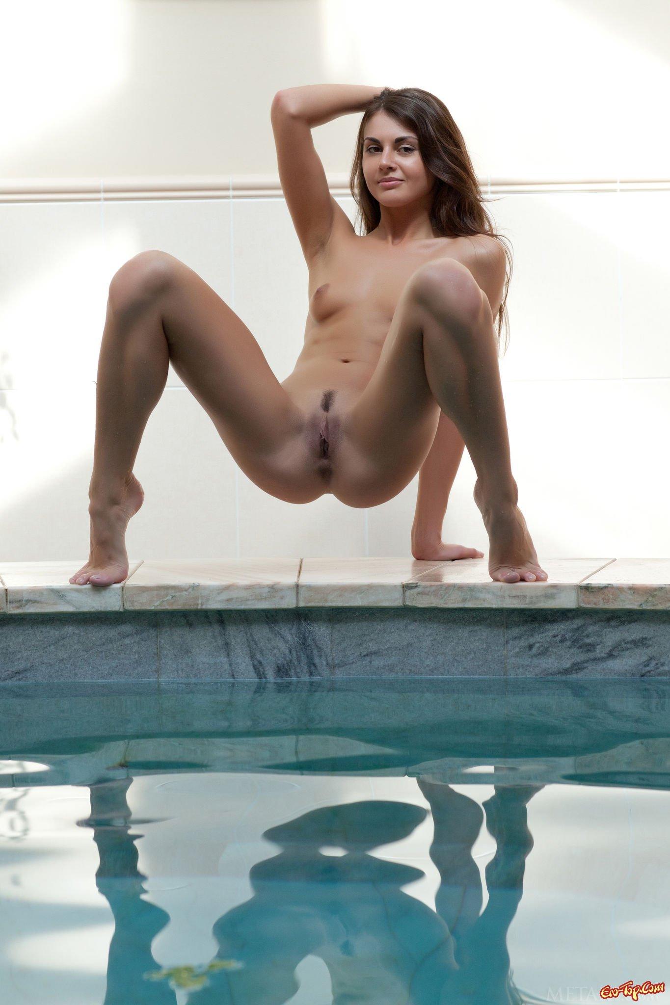 Красавица у бассейна