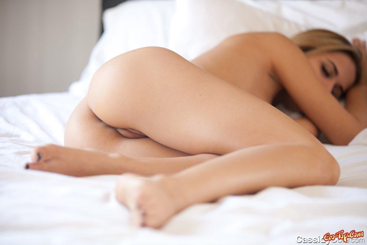 Спящая раздетая барышня