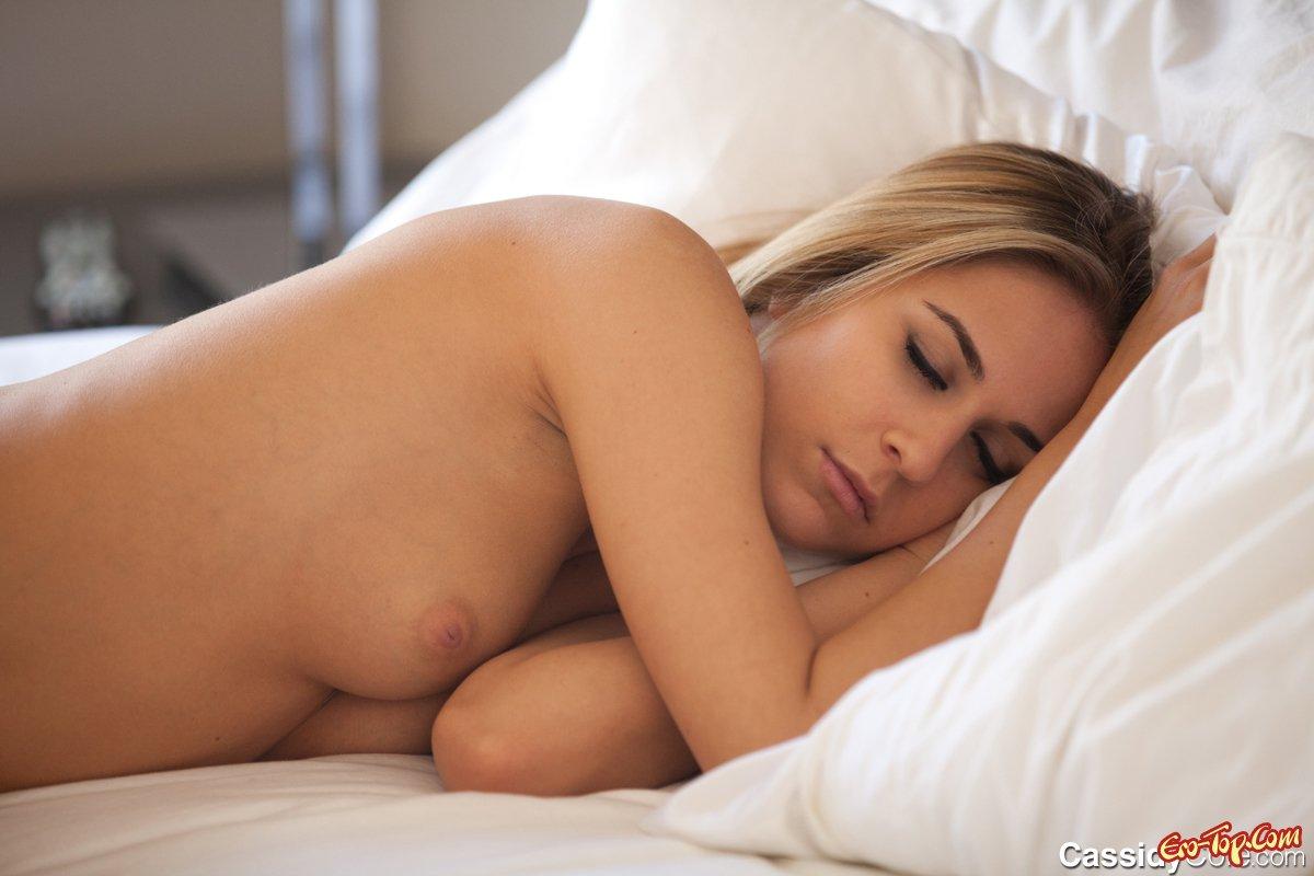 Привлекательная модель снимает нижнее белье Фото голых девушек