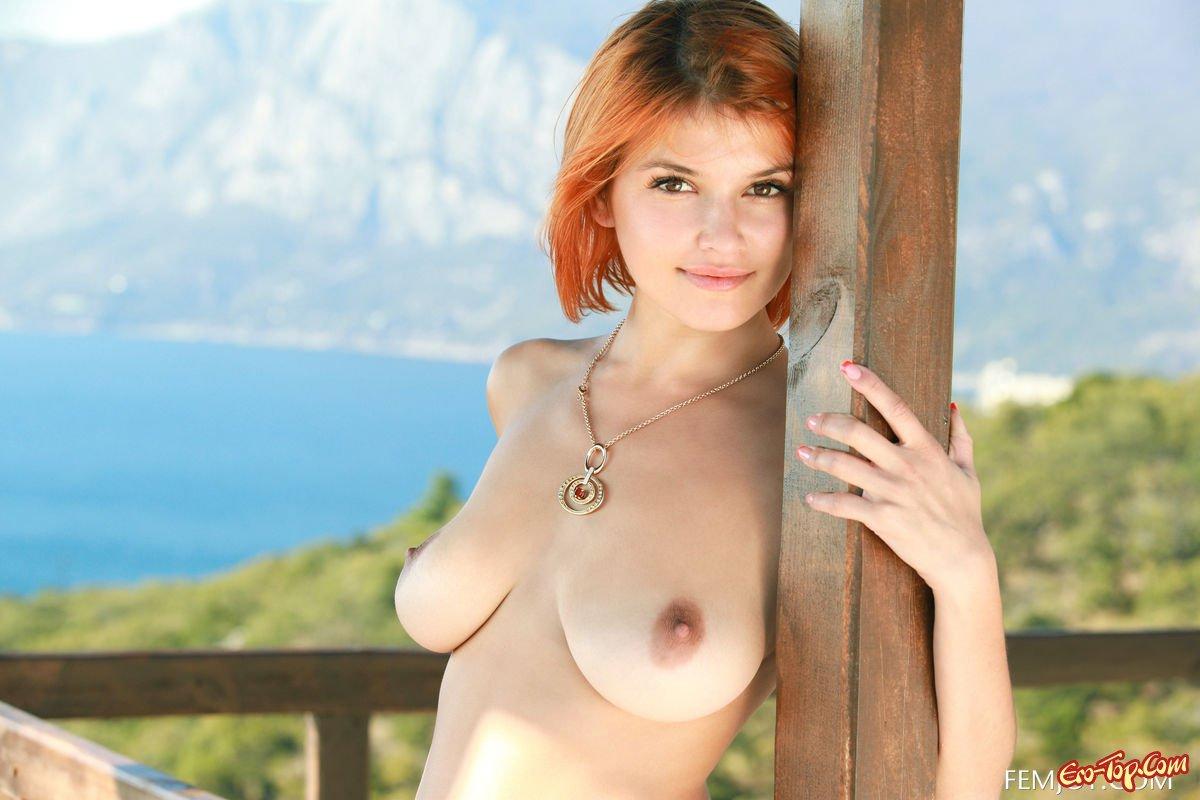 Фигуристая рыжая девушка
