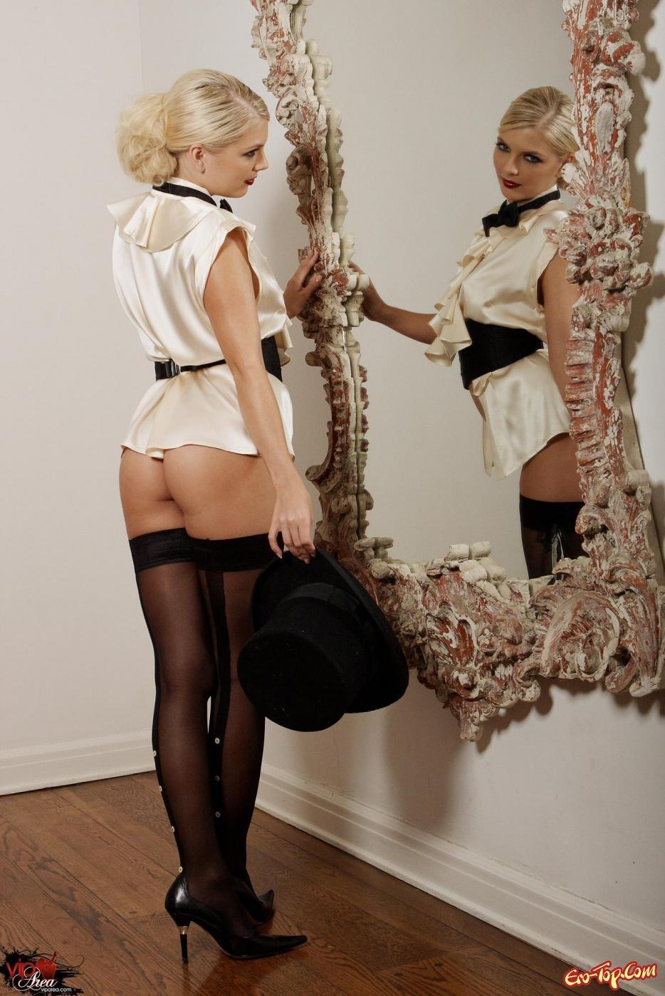 Светлая порноактриса в носках перед зеркалом