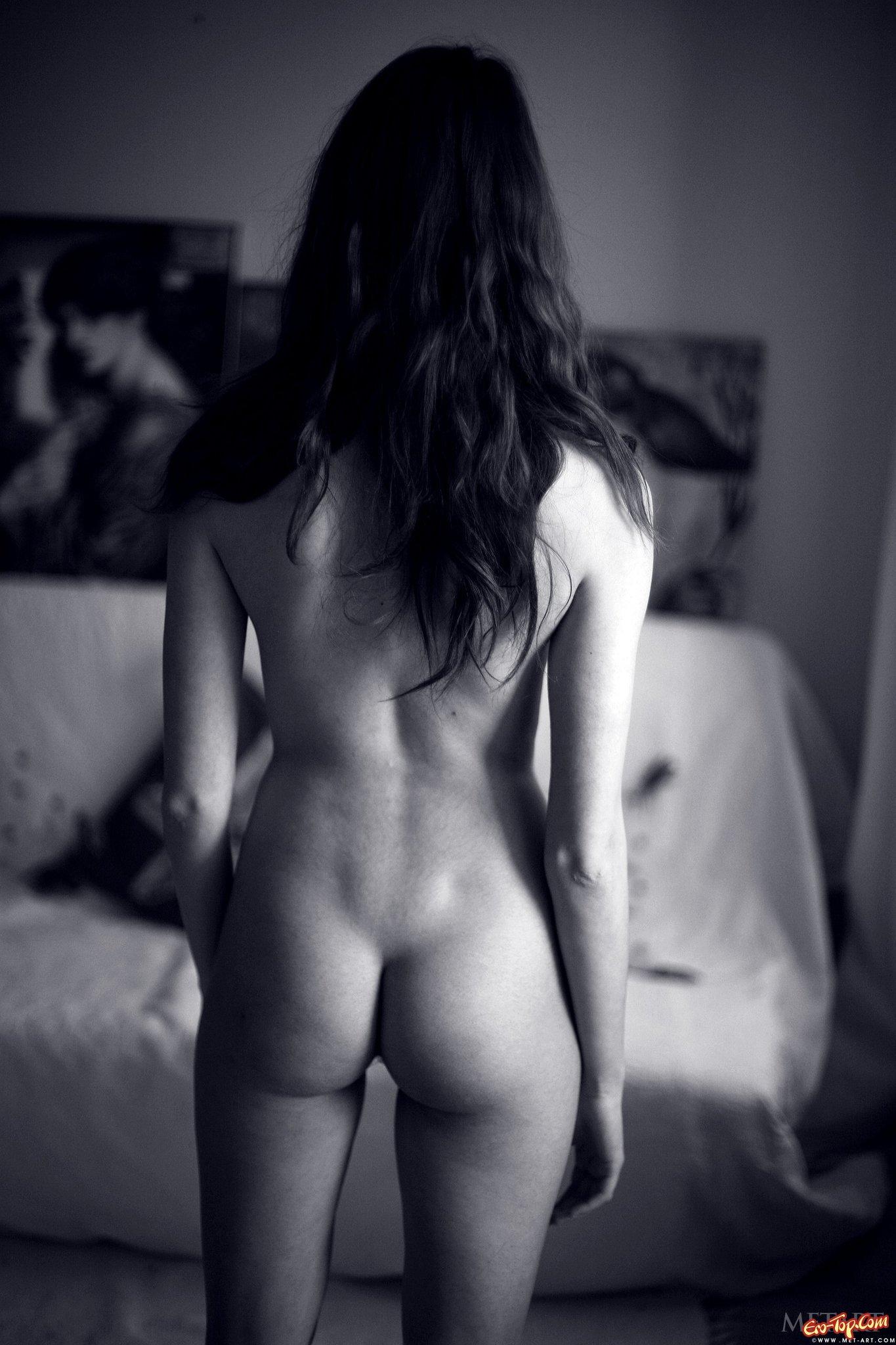 Нагая русая порноактрисса с волосатой писькой