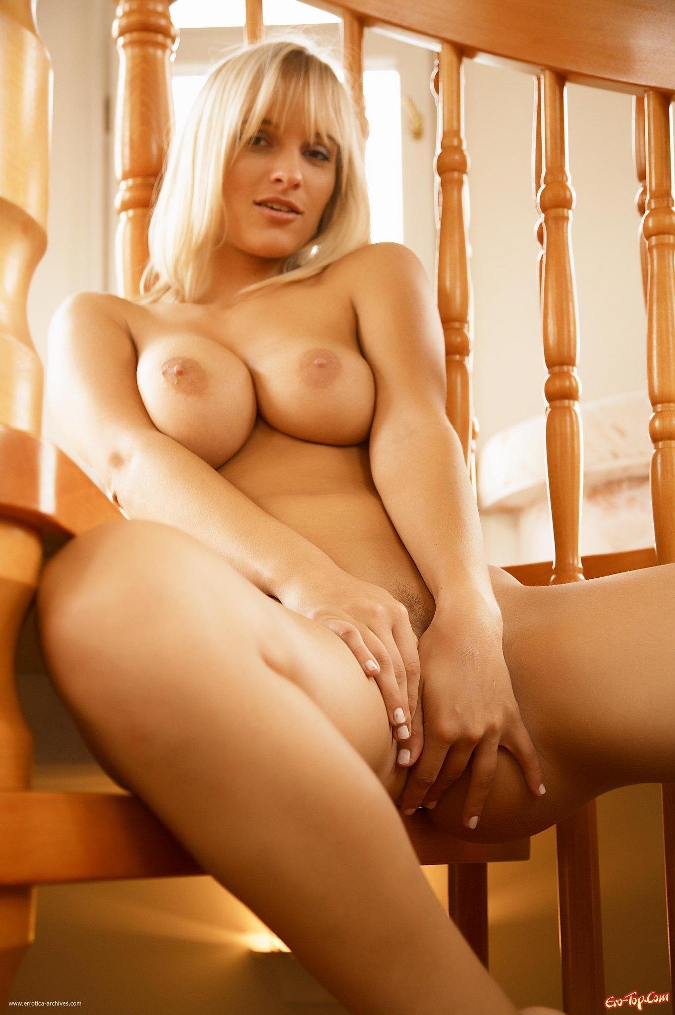 Блондинка на ступенях