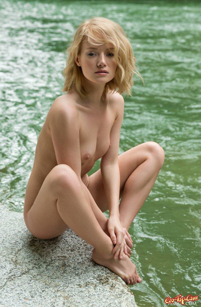 Изображение девки на фоне реки секс фото