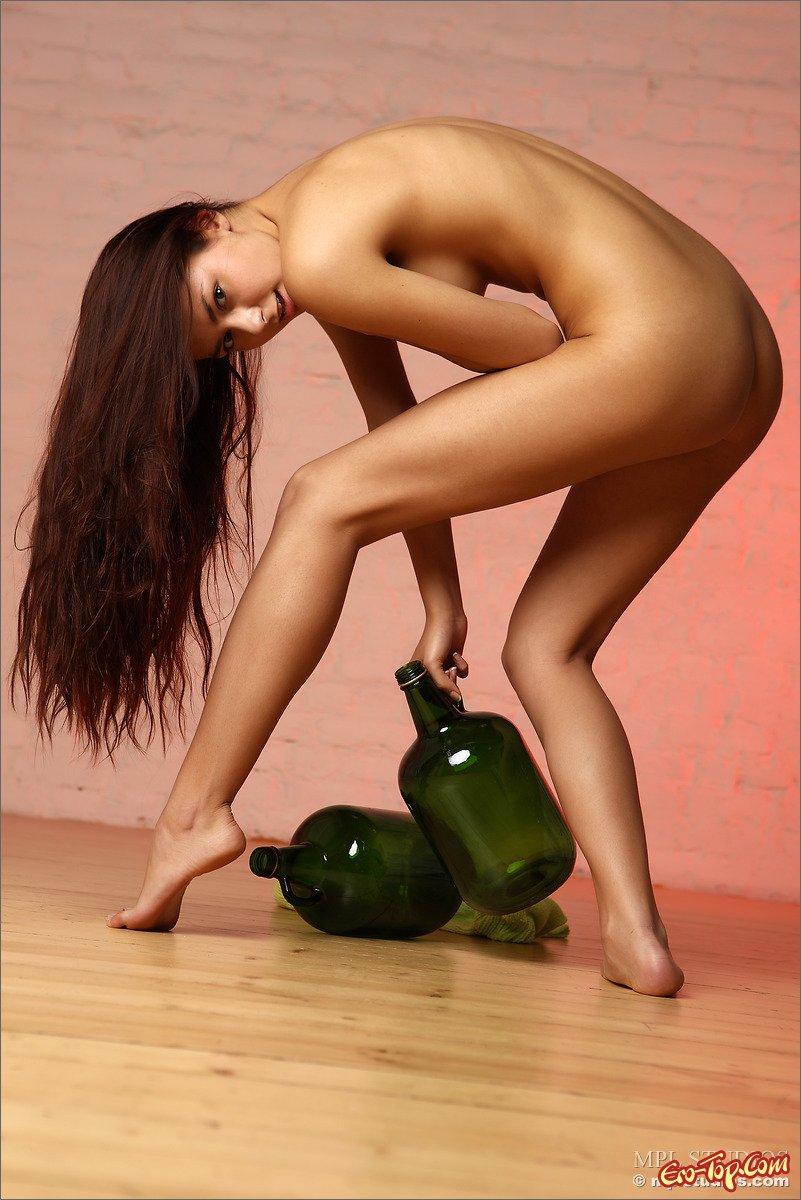 Фотомодель с бутылками