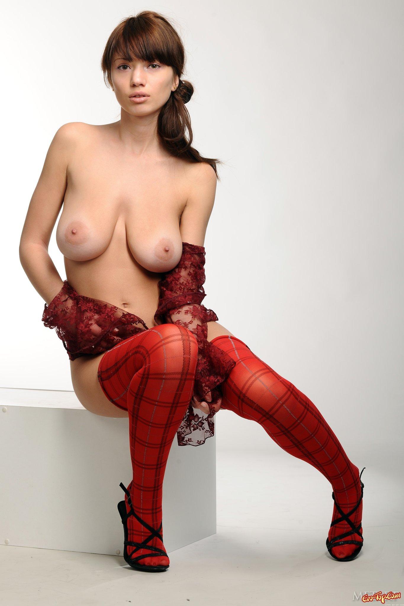 Грудастая в красных носках секс фото