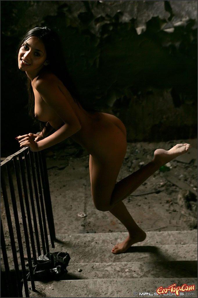 Чика в заброшенном доме фото смотреть эротику