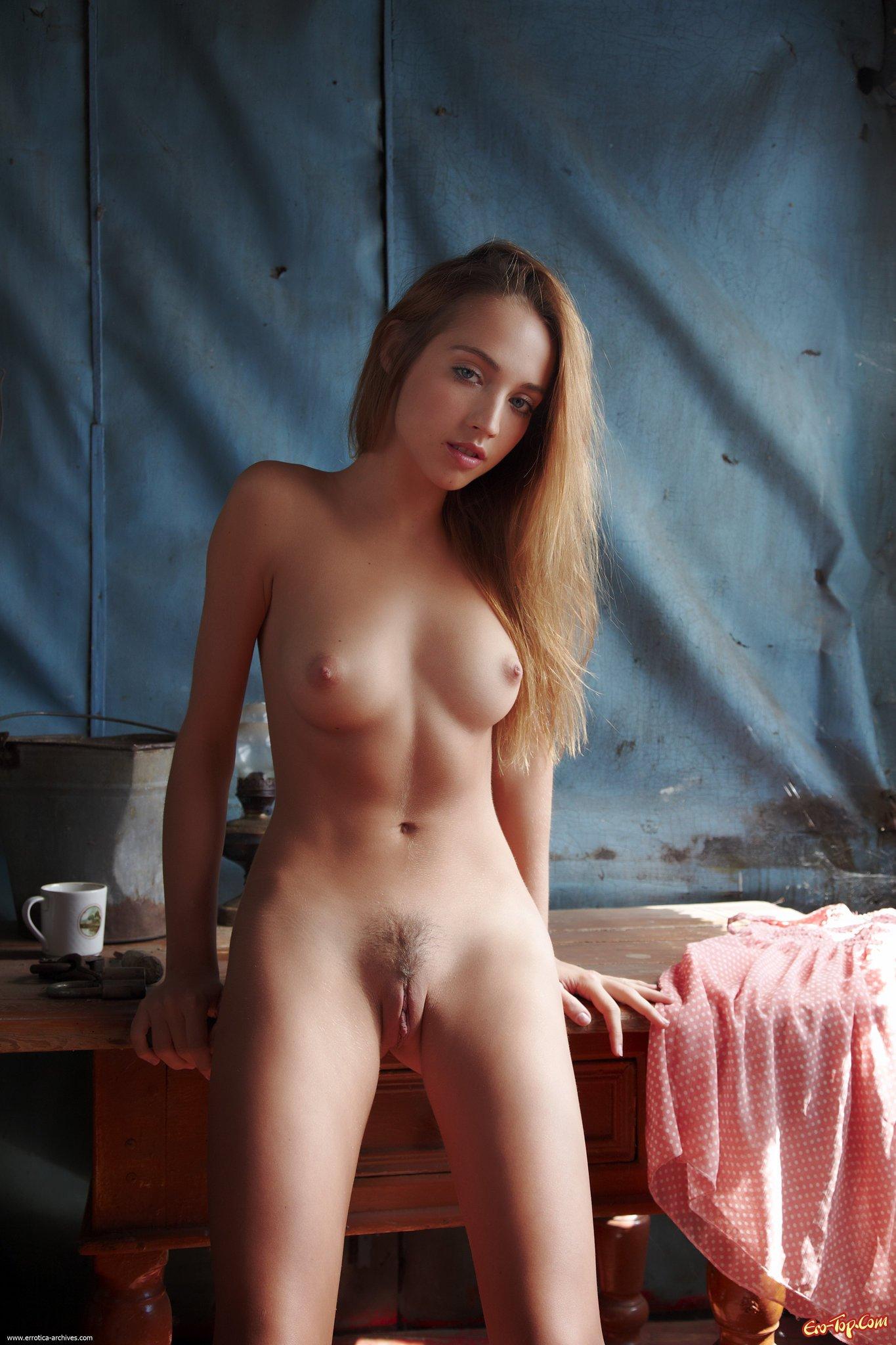 Девушка разделась до гола