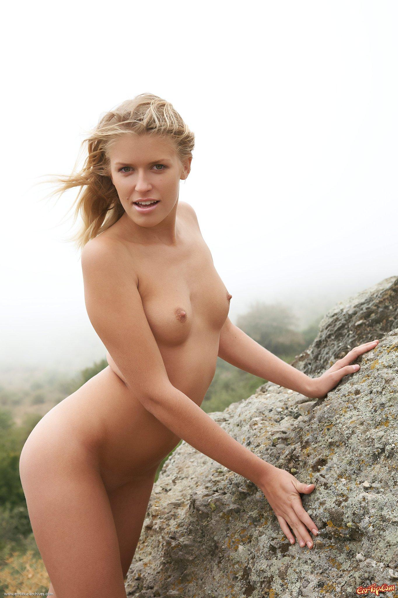 Обнаженная чика в горах