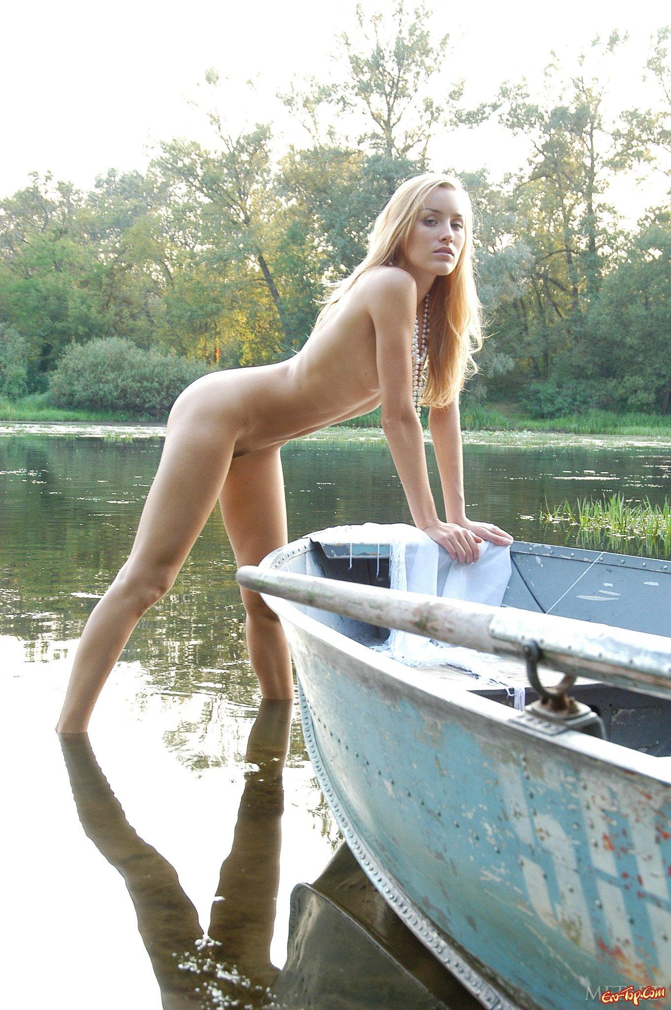 Девка на пруду