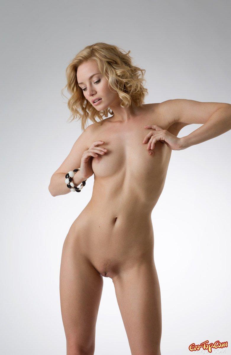 Блондинка раздевается смотреть эротику