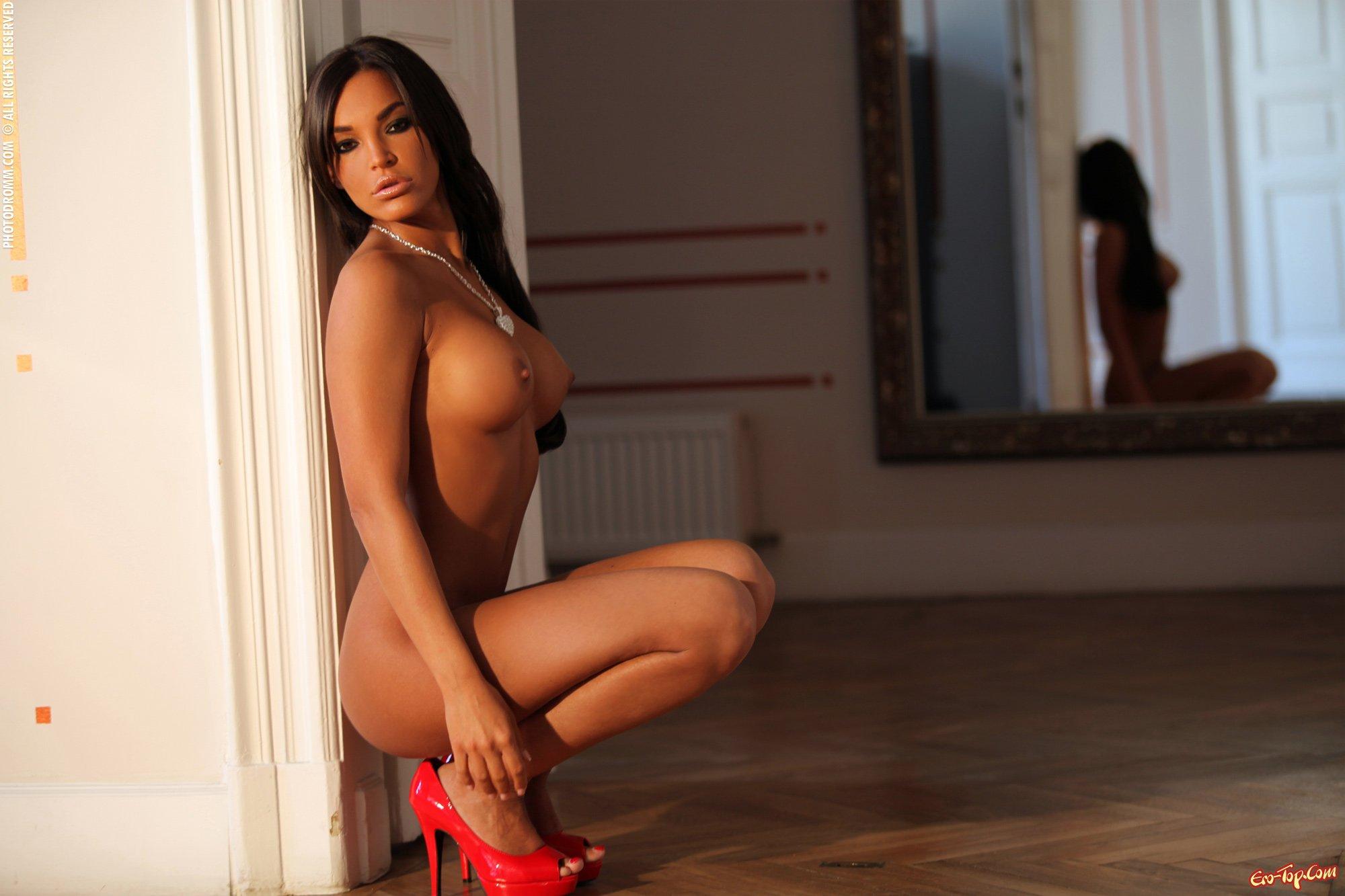 Модель в красном нижнем белье